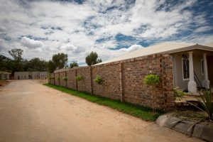 E14 Contemporary B Boundary Wall